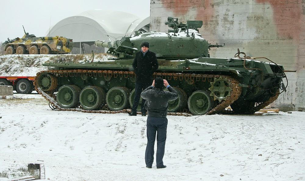 На фоне танка